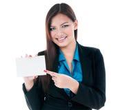 指向看板卡的愉快的女实业家 免版税库存图片