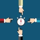 指向秒表定时器的人的手 免版税库存照片