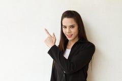 指向空白的女性商业主管 免版税图库摄影