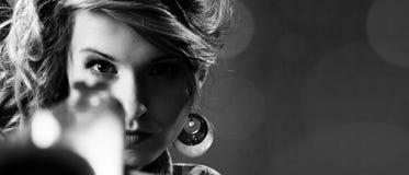 指向纵向的有吸引力的特写镜头女孩枪 图库摄影