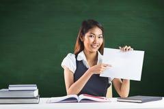 指向纸片的微笑的女实业家的综合图象 免版税库存图片