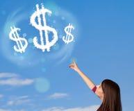 指向美元的符号的女孩在蓝天覆盖 图库摄影