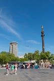 指向美国, touristst trave的克里斯托弗・哥伦布雕象 免版税库存照片