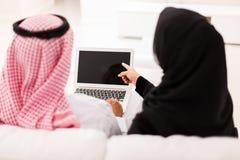 指向膝上型计算机屏幕的夫妇 库存照片