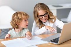 指向膝上型计算机屏幕的女孩  免版税库存照片