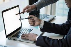 指向膝上型计算机的企业手 图库摄影