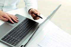 指向膝上型计算机的商人 免版税库存照片