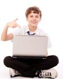 指向膝上型计算机的少年 库存图片