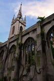 指向蓝天的一个老被破坏的教会的塔 免版税库存图片