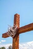 指向蓝色天堂的一个木十字架 库存照片