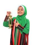 指向赖买丹月灯笼的愉快的回教女孩 图库摄影
