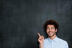 指向年轻人的愉快的人 免版税图库摄影