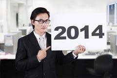 指向2014年广告牌的亚洲商人 免版税库存照片