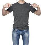 指向他的在一件空白的灰色T恤杉的一个人的特写镜头手指 免版税图库摄影
