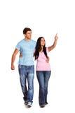 指向年轻的夫妇走和 免版税库存照片