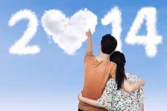 指向2014年的年轻夫妇 免版税库存照片