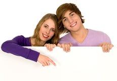 指向年轻人的夫妇 库存图片