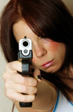 指向年轻人的女性枪 免版税库存图片