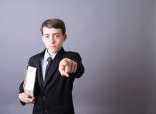 指向年轻人的律师 免版税库存照片