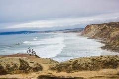 指向Fabril海滩,在葡萄牙中央西部海岸的Peniche和普腊亚d'El Rei (Beach国王的)之间 免版税图库摄影