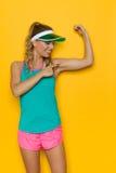 指向Fexing肌肉的充满活力的体育妇女 图库摄影