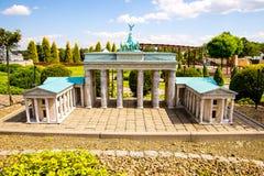 指图勃兰登堡门在柏林 免版税库存图片