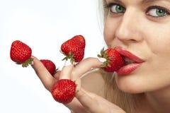 指尖选了红色草莓妇女 库存照片
