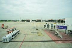 指挥一架接踵而来的飞机的地勤人员入位置 免版税库存图片