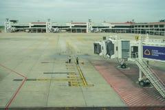 指挥一架接踵而来的飞机的地勤人员入位置 库存照片
