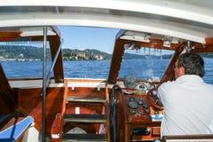 指挥驾驶在圣朱利奥海岛前面的一条小船 库存图片