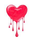 指甲油积水坑以心脏的形式与下落 免版税库存照片