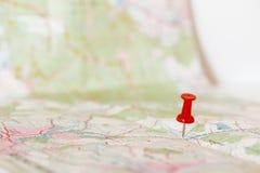 指示一张开放地图的红色图钉一个地点 免版税库存照片