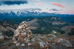 指示一条远足的路线的岩石石标在阿尔泰出于对山峰考虑 免版税库存图片