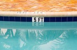 指示在游泳池深度的五英尺 免版税库存照片