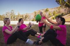 指示妇女的女性教练员,当行使在新兵训练所时 免版税库存照片