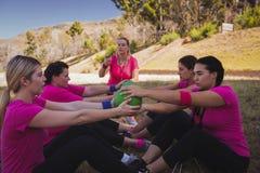 指示妇女的女性教练员,当行使在新兵训练所时 库存照片