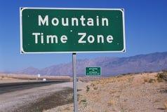指示山区标准时间区域的路标 免版税库存图片