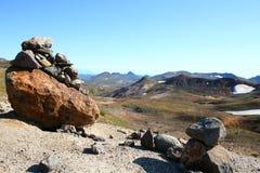 指示山路径的岩石 免版税库存照片