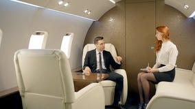 指示年轻私人喷气式飞机的商人院长律师女性实习生 股票视频