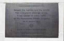 指示第一条地下乘客铁路的匾在伦敦 免版税库存图片