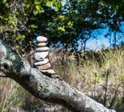 指示足迹的石标或堆七块石头 免版税库存图片