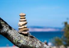 指示足迹结束的石标或堆七块石头 免版税图库摄影