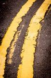 指示路黄色的双线 免版税库存图片