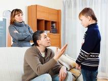指责普通的父母少年儿子 免版税图库摄影