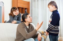 指责的父母他们的少年儿童 库存图片