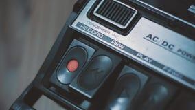 按'在一台减速火箭的20世纪70年代卡型盒式录音机记录器的记录'按钮近景  股票录像