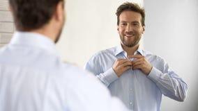 按他的在乐观心情的确信的男性衬衣,准备好工作 库存图片