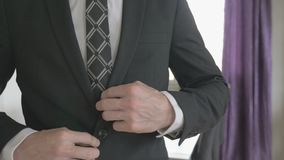 按他的衣服夹克的白色衬衣的商人 影视素材