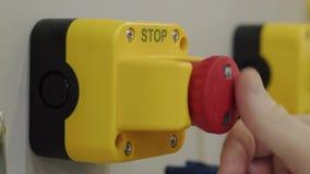 按停止键,手的手指被重新设置的事故信号 股票录像