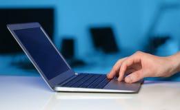 按在五颜六色的backgrou的商人现代便携式计算机 免版税库存图片